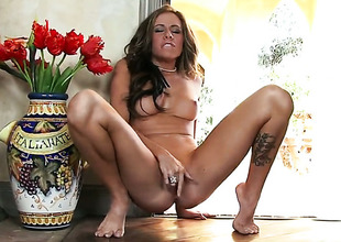 Cali Lakai bares it all in a tempting manner