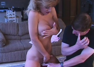 Experienced lady Sammie Sparks goes for a ride on the Sybian